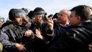 """ח""""כ טיבי במהלך העימותים מול השוטרים (צילום: רויטרס)"""