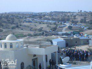 אנשי הכפר סגורים בחצר המסגד (פרויקט יֻסַֿוִרֻנַה, פורום דו-קיום בנגב לשוויון אזרחי)